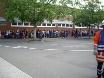 Die Schülerinnen und Schüler sowie die Lehrer halten sich im Sicherheitsbereih auf