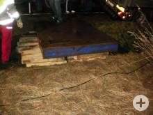 Nach dem Schotter kam Holz - und die Stahlplatte oben drauf