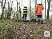 Ablöschen der Brandstelle auf dem Bahndamm in Achum